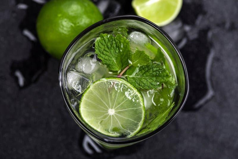 Chiuda sulla vista superiore o sul colpo sopraelevato del cocktail fresco di mojito immagine stock