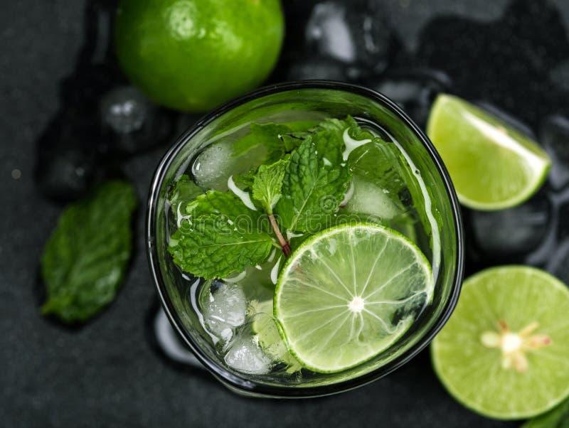 Chiuda sulla vista superiore o sul colpo sopraelevato del cocktail fresco di mojito immagine stock libera da diritti