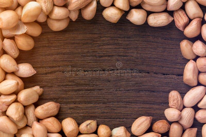 Chiuda sulle arachidi sulla tavola di legno Vista superiore immagine stock
