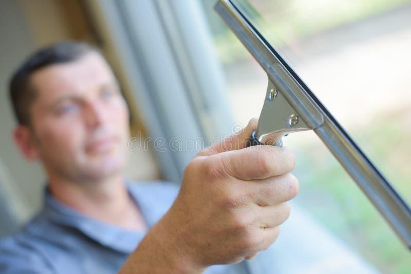 Chiuda sulle finestre di pulizia dell'uomo immagini stock