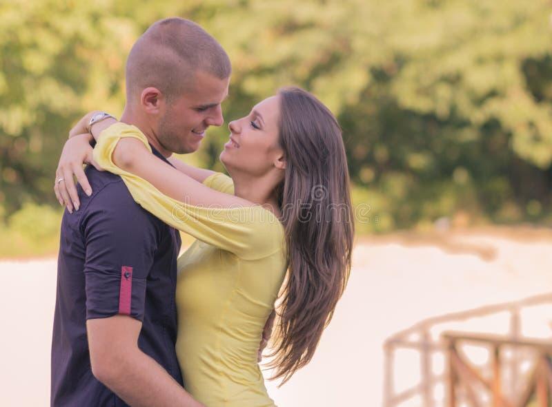 Chiuda sulle giovani coppie adulte che abbracciano 20s fotografie stock