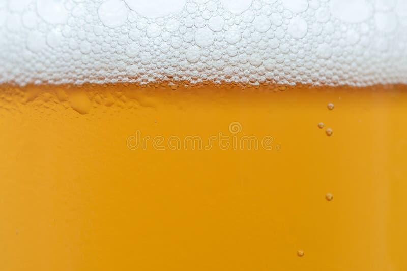 Chiuda sulle gocce di una pinta ghiacciata della birra fotografia stock