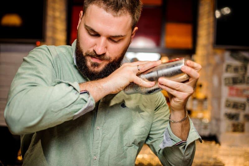 Chiuda sulle mani dei barmans fotografia stock