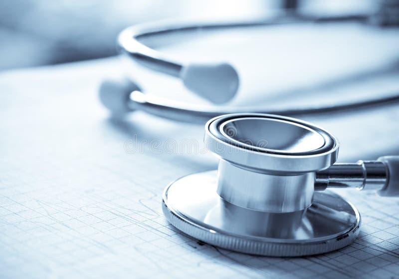 Chiuda sullo stetoscopio sul rapporto della carta di ECG fotografia stock libera da diritti