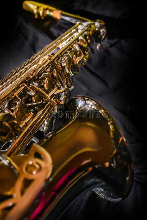 Chiuda sullo strumento di jazz del sassofono, sassofono del negativo per la stampa di cartamoneta su fondo nero fotografia stock
