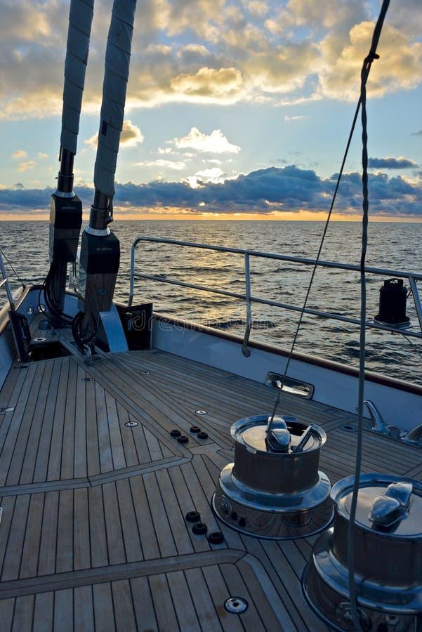 Chiudere attrezzatura sulla piattaforma dell'yacht di lusso di navigazione immagine stock libera da diritti