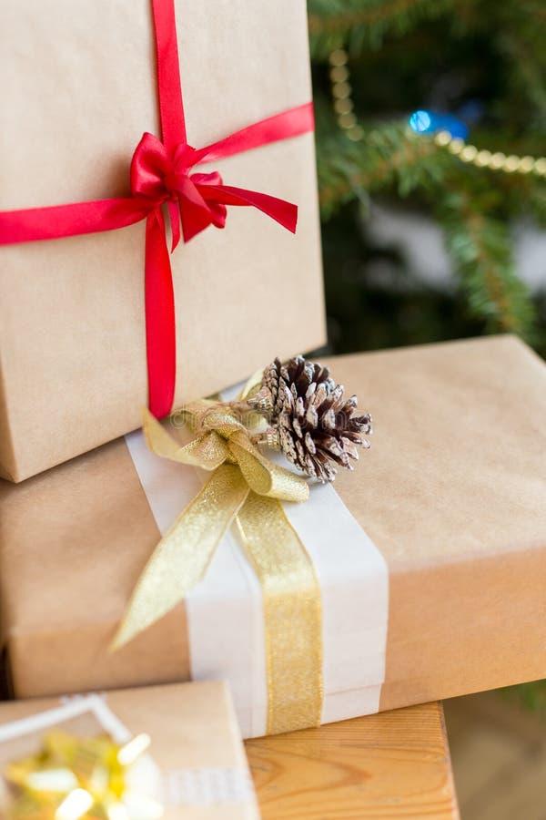Chiudi le scatole presenti vicino all'albero di Natale sul tavolo immagine stock