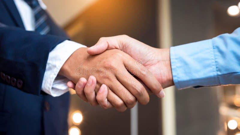 Chiudono gli uomini d'affari che stringono la mano durante un incontro Azienda di servizi di handshake fotografia stock