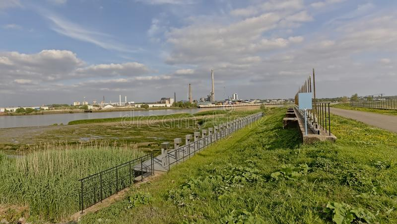 Chiusa su un laterale braccio del fiume la Schelda a Anversa con i fabbricati industriali del porto nei precedenti fotografia stock