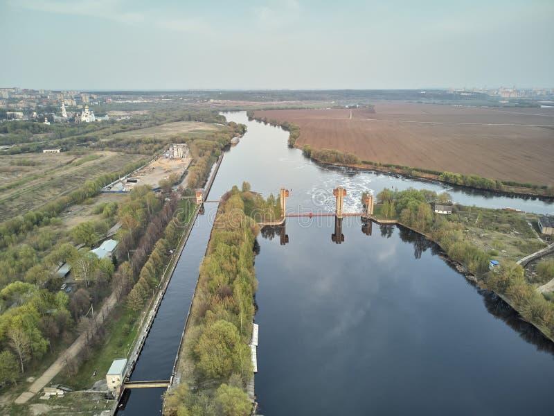 Chiusa sul fiume di Mosca vicino alla città Dzerzhinsky, vista aerea del fuco sulla molla immagini stock libere da diritti
