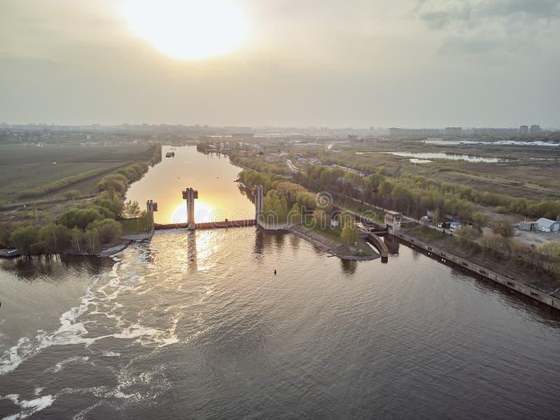 Chiusa sul fiume di Mosca vicino alla citt? Dzerzhinsky, vista aerea del fuco sulla molla fotografia stock libera da diritti