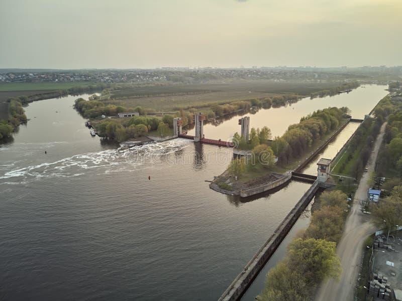 Chiusa sul fiume di Mosca vicino alla citt? Dzerzhinsky, vista aerea del fuco sulla molla immagini stock
