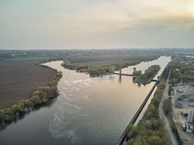 Chiusa sul fiume di Mosca vicino alla citt? Dzerzhinsky, vista aerea del fuco sulla molla fotografie stock libere da diritti