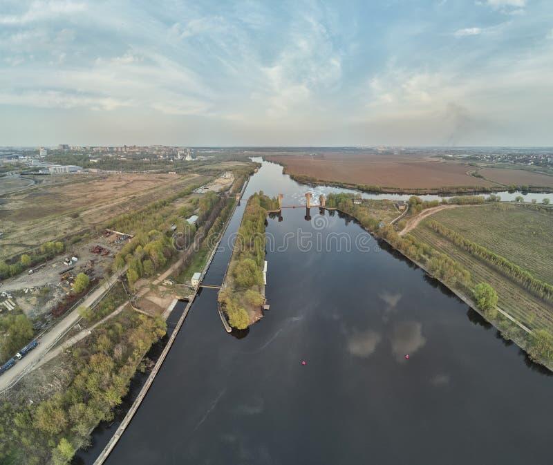Chiusa sul fiume di Mosca vicino alla citt? Dzerzhinsky, vista aerea del fuco sulla molla immagine stock