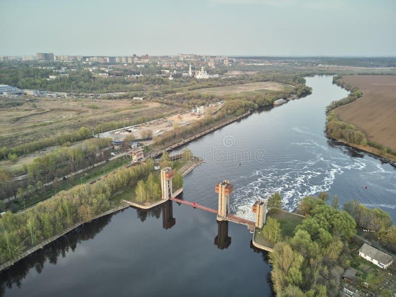 Chiusa sul fiume di Mosca vicino alla citt? Dzerzhinsky, vista aerea del fuco sulla molla immagine stock libera da diritti