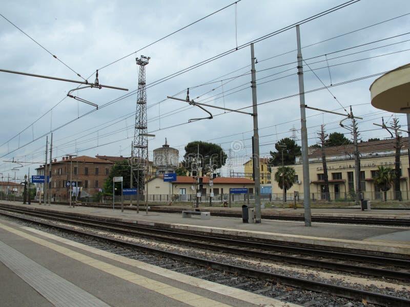 Chiusi, plataforma do trem de Itália e estação foto de stock