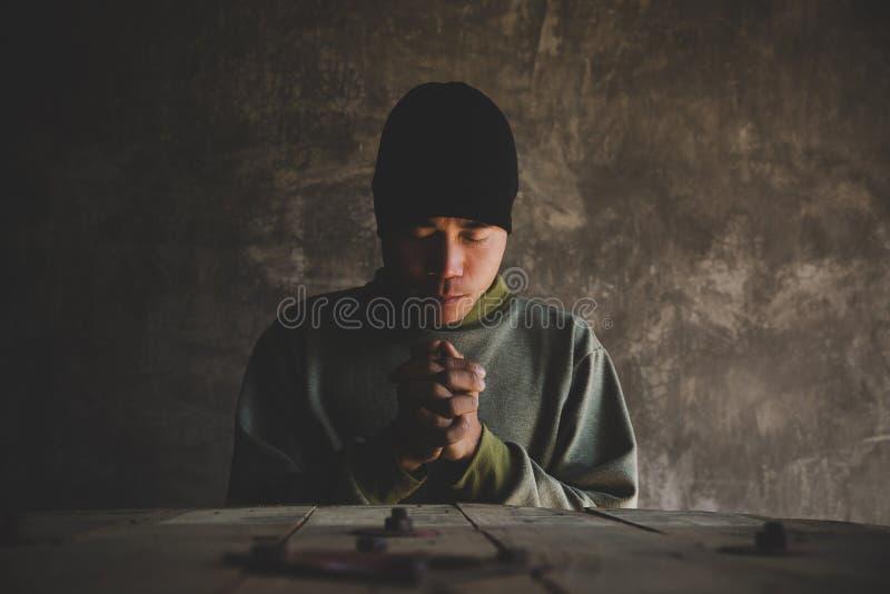 Chiuso il ritratto di un uomo che pregava con gli occhi immagine stock libera da diritti