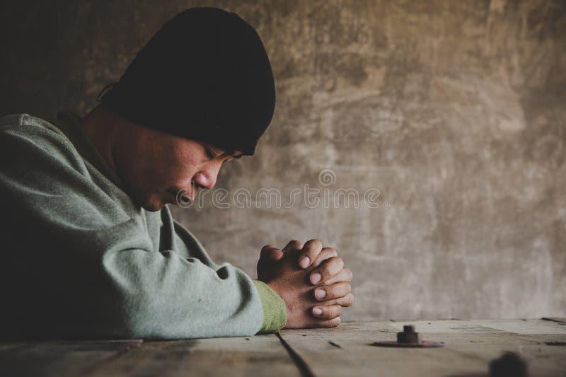 Chiuso il ritratto di un uomo che pregava con gli occhi immagini stock