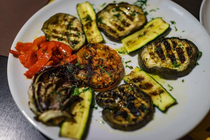 Chiuso su dei pomodori arrostiti delle verdure, zucchini, peperone dolce fotografia stock