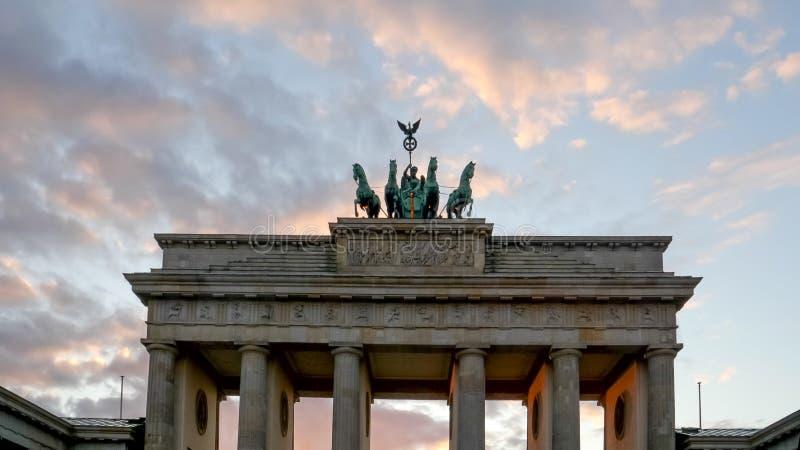 Chiusura del tramonto del cancello quadriga di brandenburg a berlino, Germania fotografia stock