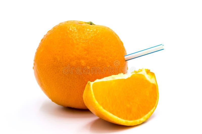 Chiusura della paglia di bevanda su un cuneo di arancia fotografia stock libera da diritti