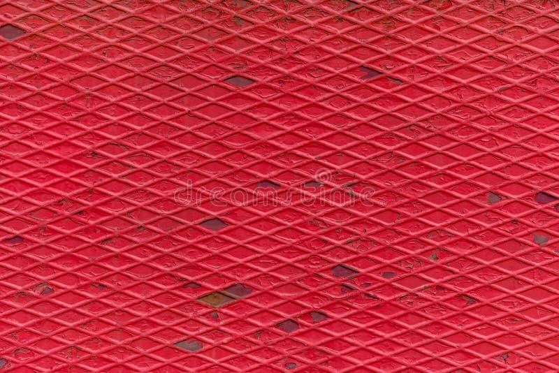Chiusura di una trama di un vecchio pavimento in metallo ondulato rosso fotografia stock libera da diritti