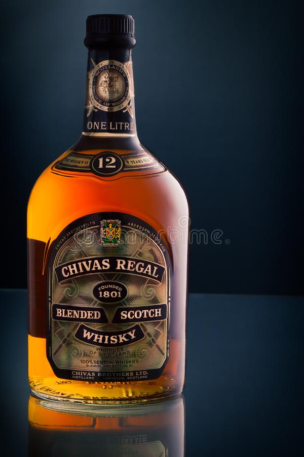 Chivas Regal blandade ledaren för skotsk whiskytappningflaskan royaltyfria bilder