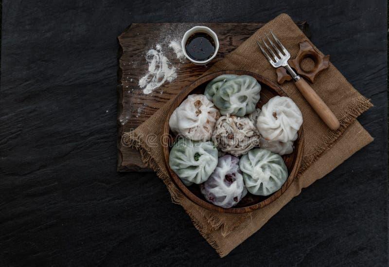 Chives Chinês Dumplings Mistura Cor ou Chives De Alho Dim Rice Sum Cake dentro de Taro Slice, Bamboo fotografar e Muitos tipos fotografia de stock royalty free