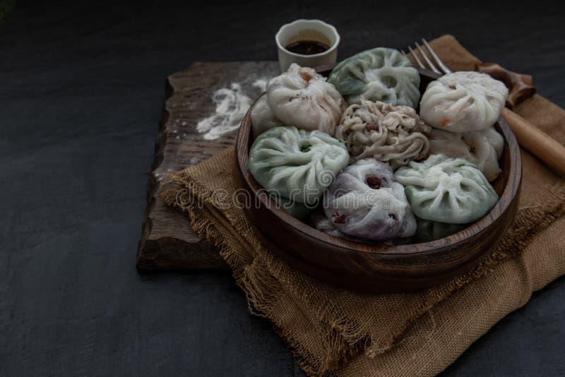 Chives Chinês Dumplings Mistura Cor ou Chives De Alho Dim Rice Sum Cake dentro de Taro Slice, Bamboo fotografar e Muitos tipos imagens de stock royalty free