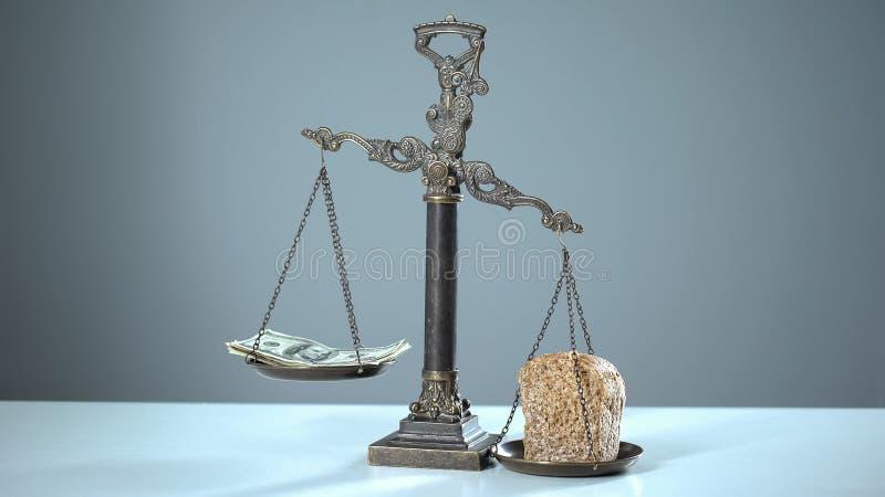 Chleb dominuje dolary na skalach, ogólnospołecznej nierówności pojęciu, bogactwie i biedzie, obrazy royalty free