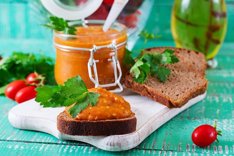 Chleb grzanki z oberżyna kawiorem Weganinu posiłek zdrowe jedzenie wegetarianin zdjęcia stock