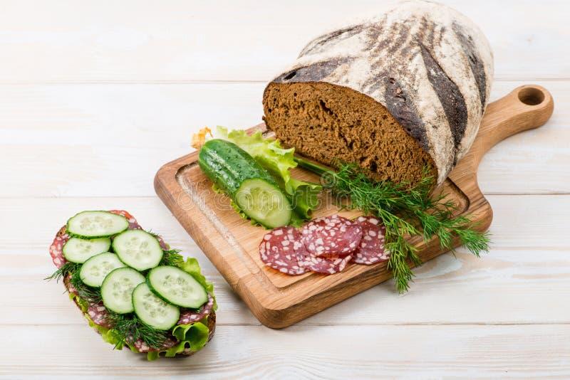 Chleb i kanapka z salami i świeżym ogórkiem obrazy stock