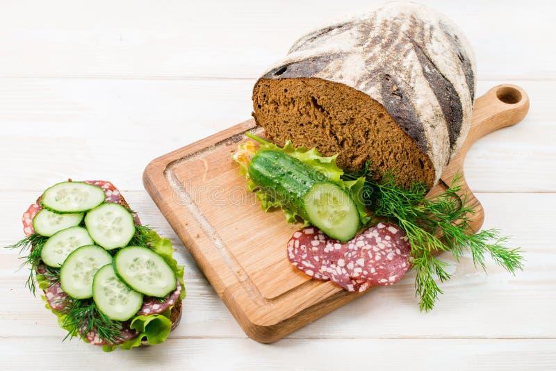 Chleb i kanapka z salami i świeżym ogórkiem fotografia royalty free
