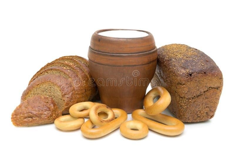 Chleb i mleko w szkle na biały tle obrazy royalty free