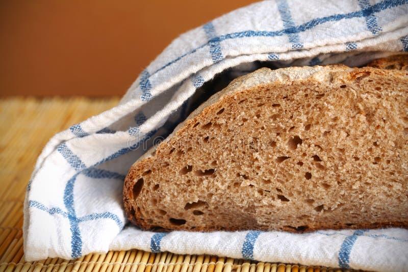 chleb przekrawający kuchenny bochenka żyta ręcznik zawijający zdjęcie stock