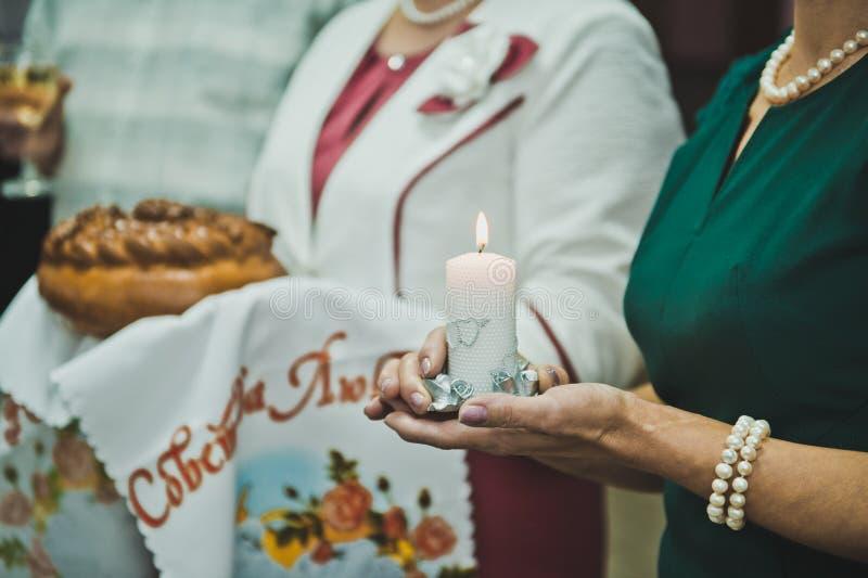Chleb, sól i świeczka w rękach rodzice 2788 zdjęcie stock