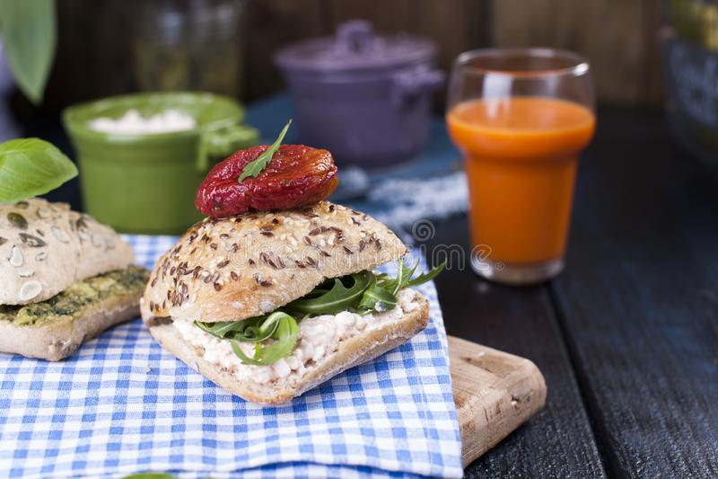 Chleb z basilem i marchwianym sokiem dla śniadanie Bezpłatnej metody dla teksta serowym i świeżym obrazy stock