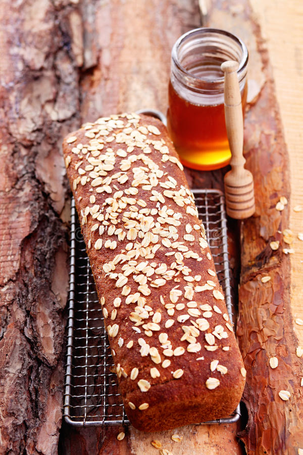 Chleb z miodem i owsami obraz royalty free