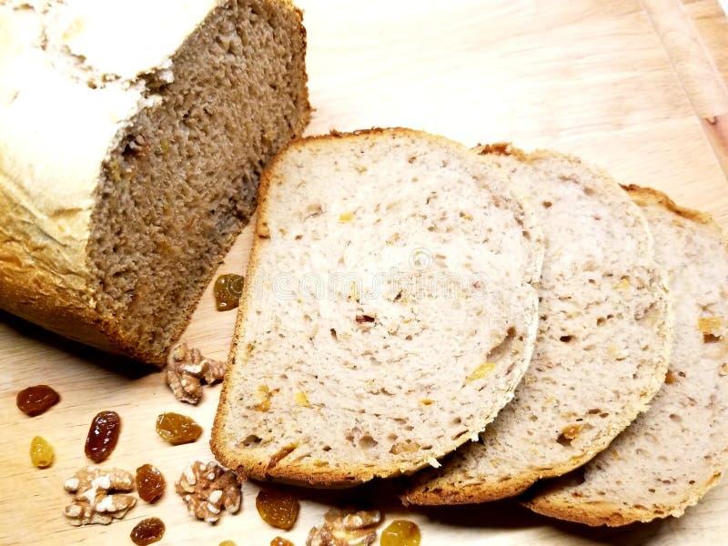 Chleb z rodzynkami i orzechami włoskimi zdjęcia stock