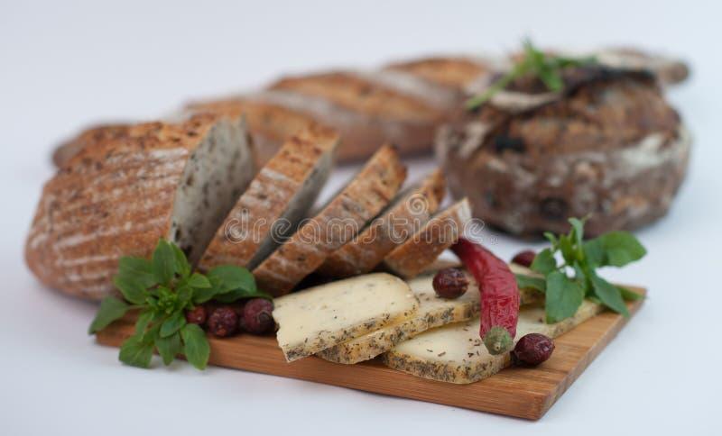 Chleb z serem na drewnianym tnącej deski zbliżeniu obraz royalty free