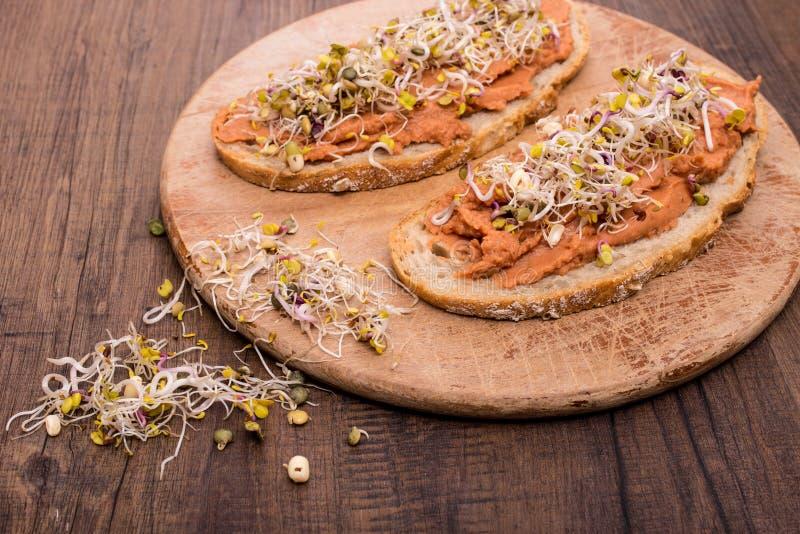 Chleb z weganinu rozszerzaniem się fasole zdjęcia royalty free