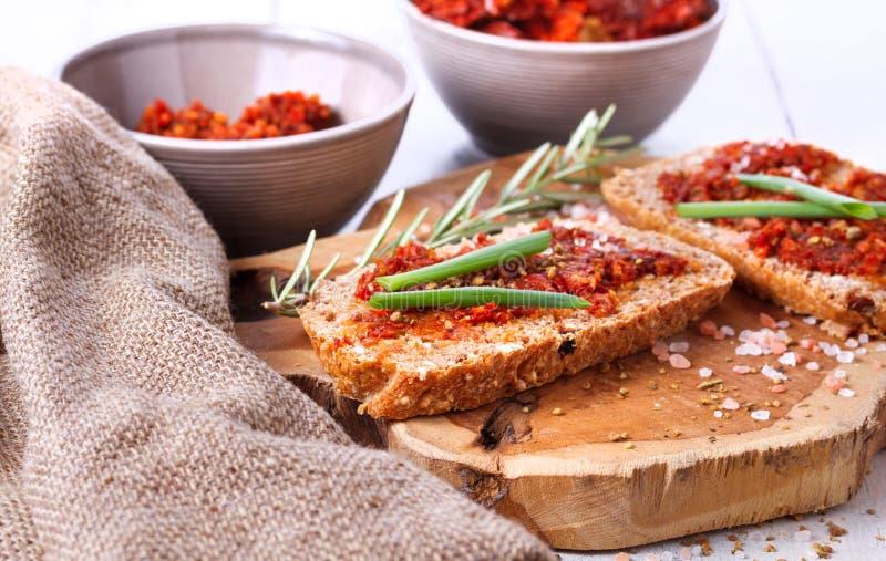 Chleb z wysuszonymi pomidorami i ziele zdjęcie stock