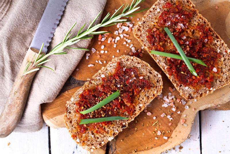 Chleb z wysuszonymi pomidorami i ziele fotografia stock