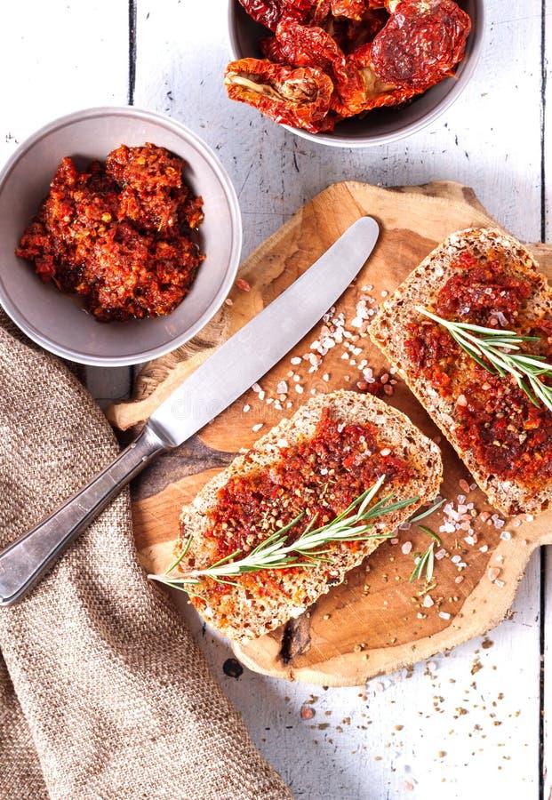 Chleb z wysuszonymi pomidorami i ziele zdjęcia royalty free