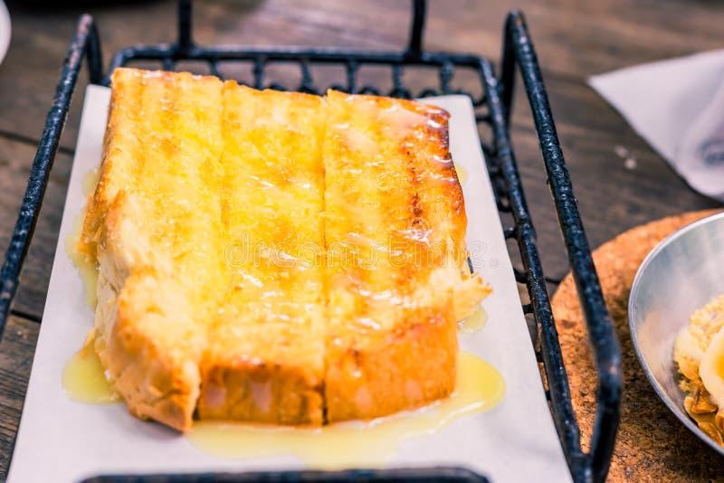 Chlebowa grzanka z mas?em i kondensuj?cym mlekiem w talerzu zdjęcia royalty free