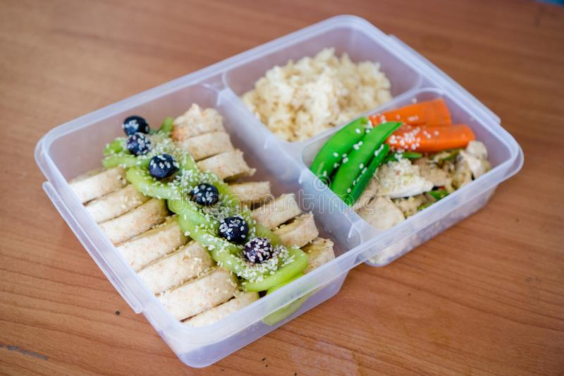 Chlebowa sałatkowa rolka opakunku kanapka z jagodą, sałata, kiwi, banany i fasola, kurczak pierś z ryż na ryż boksuje obrazy stock