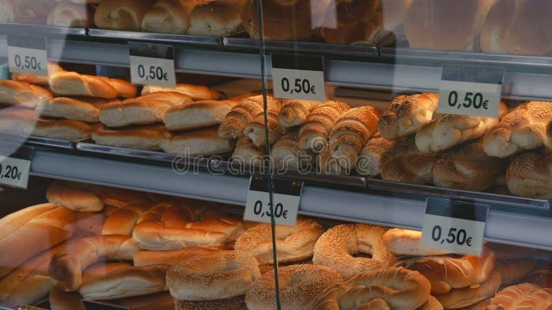 Chlebowe rolki w sklepowym okno zdjęcie stock
