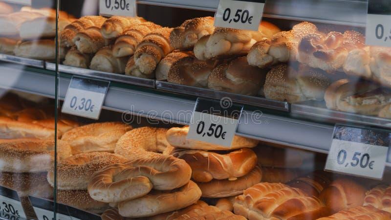 Chlebowe rolki w sklepowym okno obrazy royalty free