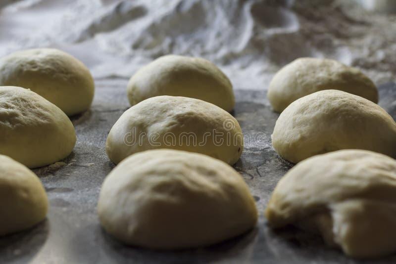 Chlebowego ciasta piłki gotowe dla piec obraz stock