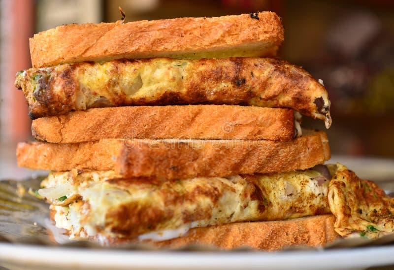 Chlebowego omelette uliczny karmowy Indiański śniadanie zdjęcie royalty free